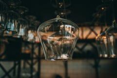 Tomma exponeringsglas för vin ovanför en stång rack i tappning Arkivfoto