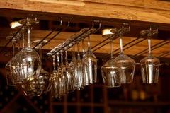 Tomma exponeringsglas för vin ovanför en stångkugge i tappning tonar fotografering för bildbyråer