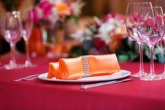 Tomma exponeringsglas och plattor med gafflar royaltyfri bild