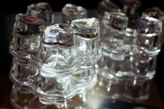 Tomma exponeringsglas på tabellen i nattklubben eller restaurangen, closeup Royaltyfri Foto