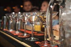 Tomma exponeringsglas på tabellen i nattklubben eller restaurangen, closeup Royaltyfri Bild