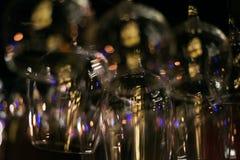 Tomma exponeringsglas på tabellen i nattklubben eller restaurangen, closeup Royaltyfri Fotografi