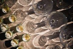 Tomma exponeringsglas på tabellen i nattklubben eller restaurangen, closeup Royaltyfria Foton