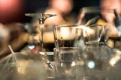 Tomma exponeringsglas på tabellen i nattklubben eller restaurangen, closeup Arkivbilder