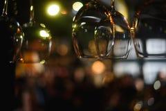 Tomma exponeringsglas på tabellen i nattklubben eller restaurangen, closeup Arkivbild