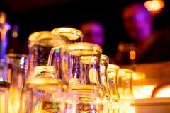 Tomma exponeringsglas på tabellen i nattklubben eller restaurangen, closeup Arkivfoton