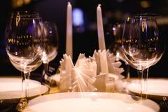 Tomma exponeringsglas på tabellen i nattklubben eller restaurangen, closeup Royaltyfria Bilder