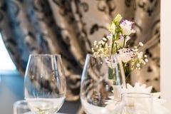 Tomma exponeringsglas på tabellen i nattklubben eller restaurangen, closeup Arkivfoto