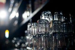 Tomma exponeringsglas på tabellen i nattklubben eller restaurangen, closeup Fotografering för Bildbyråer