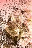 Tomma exponeringsglasbägare för champagne i guld- konfettier på tabellen festlig bakgrund Champagne med den isolerade flygballong arkivbilder