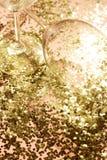 Tomma exponeringsglasbägare för champagne i guld- konfettier på tabellen festlig bakgrund Champagne med den isolerade flygballong fotografering för bildbyråer