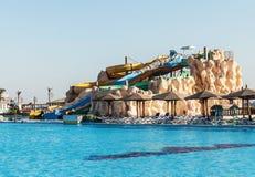 Tomma färgrika vattenglidbanor och en simbassäng Egipet Hurgada De guld- 5na, Oktober 7, 2016 Arkivfoto