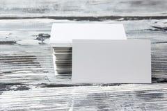 Tomma för mallpacke för företags identitet kort för affär på den wood tabellen arkivbilder