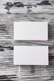 Tomma för mallpacke för företags identitet kort för affär på den wood tabellen royaltyfri foto