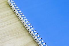 Tomma för räkningsboken för den blåa boken tomma tillförsel för skolan för brevpapper för spiralen för bokomslag för idé för utbi Arkivfoto