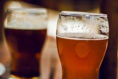 tomma fulla exponeringsglas för öl en sekund Royaltyfri Foto