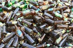 Tomma glass ölflaskor av lokala ukrainska manufakturers samlade för återanvändning royaltyfri fotografi