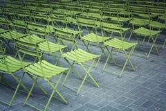 Tomma gräsplanstolar i parkera Frilufts- teater Royaltyfria Foton
