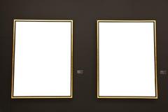 Tomma guld- målningramar på den svarta väggen Arkivbild