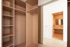 Tomma inbyggde garderober Det nya huset, tömmer rum fotografering för bildbyråer