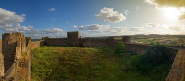 Tomma innerväggar för Terena slott på solnedgången Royaltyfri Foto