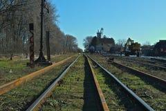 Tomma järnvägspår på en solig vinterdag royaltyfria bilder