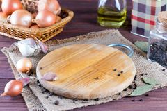 Tomma kökbräde och kryddor Royaltyfri Bild