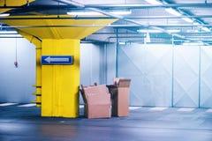 Tomma kartonger i parkeringsplats för underjordiskt garage Royaltyfria Bilder