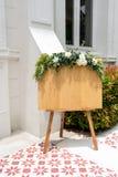 Tomma klassiska wood signageställningar dekorerade med blommor royaltyfri fotografi