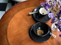 Tomma koppar kaffe med torra blommor Arkivbild