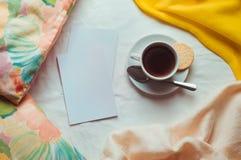 Tomma kort med den kopieringsutrymme och koppen kaffe Royaltyfri Bild
