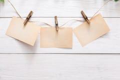 Tomma kort på rep på ljus väggbakgrund Royaltyfri Foto