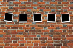 Tomma kort på väggen från tegelstenen Royaltyfri Fotografi