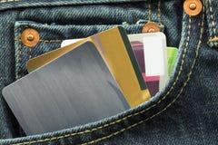 Tomma kreditkortar i jeansfack Fotografering för Bildbyråer
