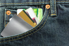 Tomma kreditkortar i jeansfack Royaltyfria Bilder