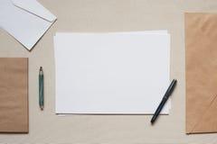 Tomma kuvert och ark av papper på tabellen Royaltyfri Fotografi