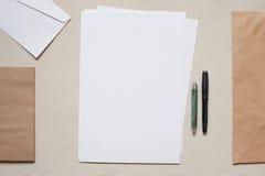 Tomma kuvert och ark av papper på tabellen Royaltyfri Bild