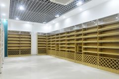 Tomma lagerhyllor av supermarketinre royaltyfria bilder