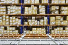 Tomma lagerhyllor med defocused bakgrund Arkivfoto