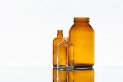 Tomma medicinflaskor på den ljusa bakgrunden Royaltyfri Fotografi