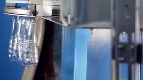 Tomma mitt-format vattenflaskor som överförs på hög hastighet lager videofilmer