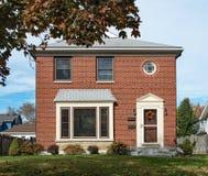 Tomma Modest Brick Duplex House royaltyfri fotografi