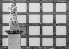 Tomma nischer i en katolsk kyrkogård med en kristen staty royaltyfria bilder