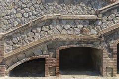 Tomma nischer i väggen av en kyrkogård Arkivbilder