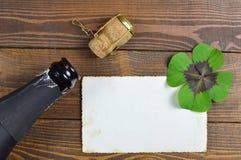 Tomma nya år kort med champagne och lycklig växt av släktet Trifolium Arkivbild