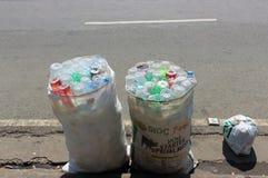 Tomma plast-flaskor för återanvändning arkivbild