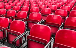 Tomma plast- röda stolar i utomhus- teater Arkivfoton