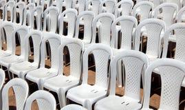Tomma plast-stolar i rad Royaltyfria Foton