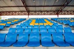 Tomma plast-stolar på åskådarläktarestadion Arkivfoton