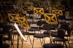 Tomma platser f?r orkester p? en etapp royaltyfri fotografi